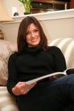 Het lezen van een Tijdschrift royalty-vrije stock foto's