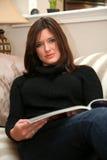 Het lezen van een Tijdschrift royalty-vrije stock afbeelding