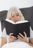 Het lezen van een zenuwslopend boek Royalty-vrije Stock Afbeelding