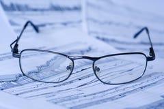 Het lezen van financiële inlichtingen royalty-vrije stock afbeeldingen