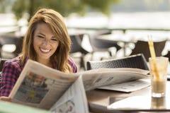 Het lezen van het nieuws Stock Afbeeldingen