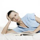 Het lezen van ontspannen vrouw Stock Foto's