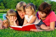 Het lezen van ouders en van dochters stock fotografie