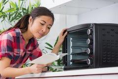 Het lezen van het ovenhandboek royalty-vrije stock foto