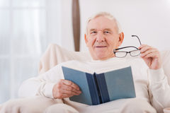 Het lezen van zijn favoriet boek Royalty-vrije Stock Afbeeldingen