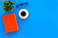 Het lezen voor studie en het werk Zelf-onderwijsconcept Bedrijfsliteratuur Boeken met lege dekking dichtbij glazen, coffe stock foto's