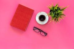 Het lezen voor studie en het werk Zelf-onderwijsconcept Bedrijfsliteratuur Boeken met lege dekking dichtbij glazen, coffe stock foto