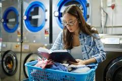 Het lezen in wasserij stock foto's