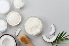 Het lichaam schrobt van kokosnotenolie, suiker en spaanders in de hoogste mening van de glaskruik Eigengemaakt organisch schoonhe stock fotografie