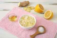 Het lichaam schrobt van overzees zout met citroen royalty-vrije stock foto