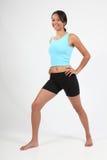 Het lichaam van de oefening dat van glimlachende atletische jonge vrouw is ontsproten Royalty-vrije Stock Fotografie