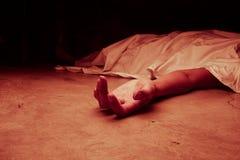 Het lichaam van de overledene Nadruk op hand Stock Afbeeldingen