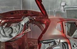 Het lichaam van de werknemersauto het schilderen de winkel voert het schilderen van de interne elementen van de auto uit royalty-vrije stock afbeeldingen
