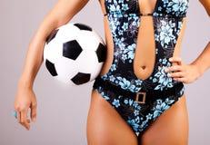 Het lichaam van meisjes met bal stock fotografie