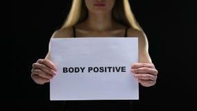 Het lichaams positief teken die van de vrouwenholding tegen het sociale normen en shaming worstelen stock videobeelden