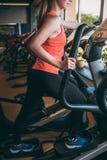 Het lichaamsfitness van de sportmeisje in werking gesteld orbitrek gymnastiek concept royalty-vrije stock fotografie