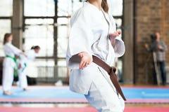 Het lichaamsstandpunt van de karatevakman tijdens de concurrentie Chinese kinderen KONGFU stock foto