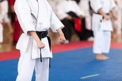 Het lichaamsstandpunt van de karatevakman tijdens de concurrentie Chinese kinderen KONGFU stock foto's