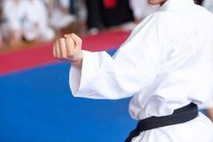 Het lichaamsstandpunt van de karatevakman tijdens opleiding Chinese kinderen KONGFU stock afbeelding