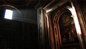 Het licht: Binnen de St. Peter Basiliek Stock Fotografie