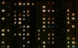 Het licht in de vensters van een gemeentelijk 's nachts gebouw Royalty-vrije Stock Afbeeldingen