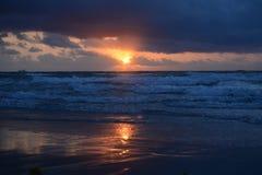 Het Licht en dark van zonsopgangkleuren komen uit de Nieuwe Zon van het Strand Zuid- van Florida Stock Foto's