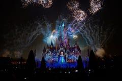 Het licht en het vuurwerk tonen in Shanghai disneyland stock foto