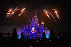 Het licht en het vuurwerk tonen in Shanghai disneyland stock afbeelding