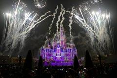 Het licht en het vuurwerk tonen in Shanghai disneyland stock afbeeldingen