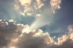 Het licht glanst door de wolken stock afbeeldingen