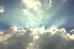 Het licht glanst door de wolken royalty-vrije stock afbeeldingen