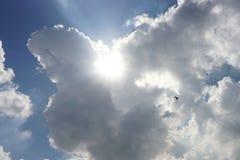 Het licht glanst door de wolken stock foto