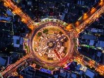 Het licht op de weg bij nacht en de stad in Bangkok, Thailand Royalty-vrije Stock Foto