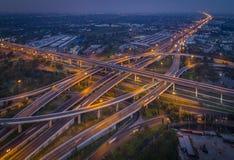 Het licht op de wegrotonde bij nacht en de stad royalty-vrije stock afbeelding