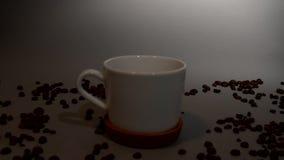Het licht valt op een kop van koffie, die zich in dark bevindt