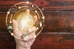 Het licht van de handholding bulbt Het concept van de ecologie royalty-vrije stock foto's