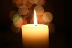 Het licht van de kaars bij Kerstmis Stock Foto