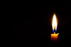 Het licht van de kaars in dark Stock Foto