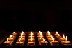 Het Licht van de kaars op Houten Plank Royalty-vrije Stock Foto's