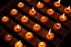 Het Licht van de kaars op Houten Plank Royalty-vrije Stock Afbeelding