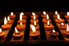 Het Licht van de kaars op Houten Plank Stock Fotografie