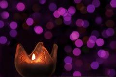 Het licht van de kaars op purpere bokeh Royalty-vrije Stock Foto's