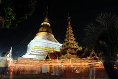 Het licht van de kaars stak bij nacht aan rond de Kerk van Budd Royalty-vrije Stock Fotografie