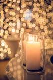 Het licht van de kaarsvlam bij nacht met bokeh op donkere achtergrond Stock Afbeeldingen