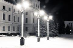 Het licht van de lantaarns in het de winterpark royalty-vrije stock foto's