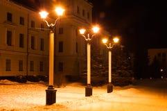 Het licht van de lantaarns in het de winterpark royalty-vrije stock fotografie