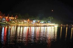 Het licht van de mensen was onderaan de rivier royalty-vrije stock afbeelding