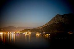 Het licht van de nachtmening om Adrasan Turkije te plaatsen Stock Foto's