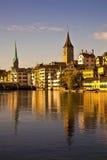 Het licht van de ochtend in Limmat Rivier, Zürich stock foto