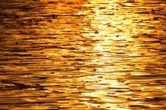 Het licht van de ochtendzon is overdenkt de rivier Royalty-vrije Stock Foto